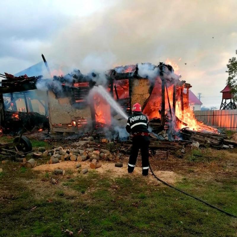 Adăpost de animale mistuit de flăcări la Bruznic