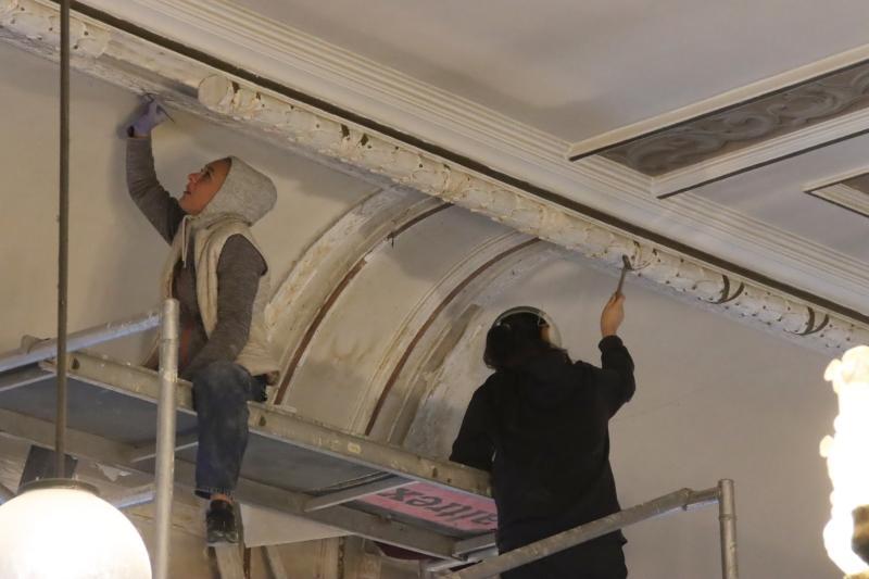 Renovarea Sălii Iuliu Maniu scoate la lumină frescele originale