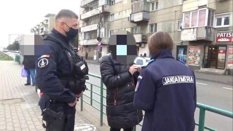 O femeie ce nu purta masca de protecție sanitară, confirmată pozitiv cu virusul SARS Cov-2, a fost depistată de către jandarmi într-o stație de tramvai