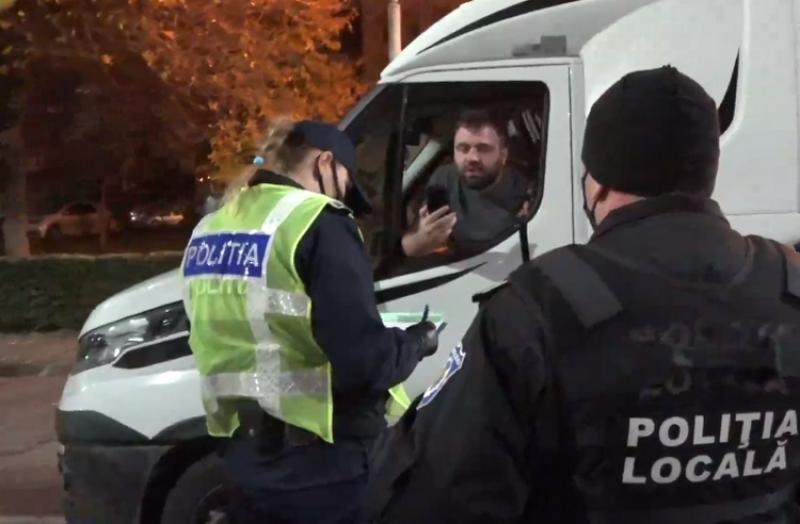 Scandal la miezul nopţii în Arad în urma acţiunii de verificare. Un şofer reclacitrant este amendat pentru lipsa declaraţie a sau adeverinţei. În final a rămas şi fără permis