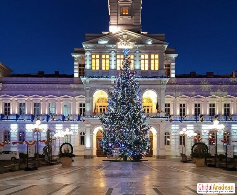 Cu brad în faţa primărie, iluminat festiv în oraş, Moş Crăciun şi Moş Nicolae online şi fără Târg de Crăciun în acest an