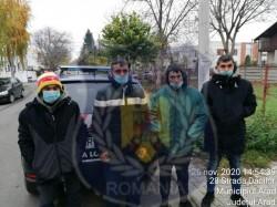 Oamenii străzii puşi de Poliția Locală să facă curățenie în zonele pe care le-au afectat