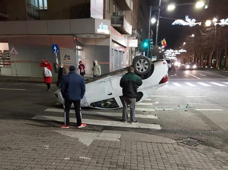 Maşină ajunsă cu roţile în sus în urma unui accident pe Bulevardul Revoluţiei