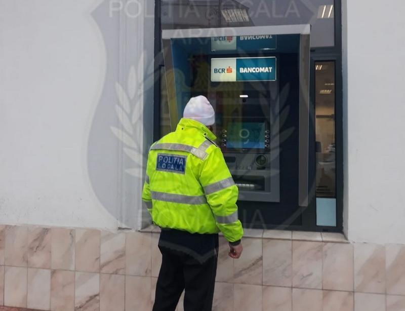 Poliţist Local cu spirit civic! A găsit bani în fanta unui bancomat şi i-a predat bancii