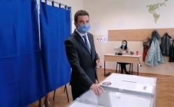 """Primarul Călin Bibarț a votat la secţia de votare organizată în incinta Colegiului Național """"Vasile Goldiș"""""""