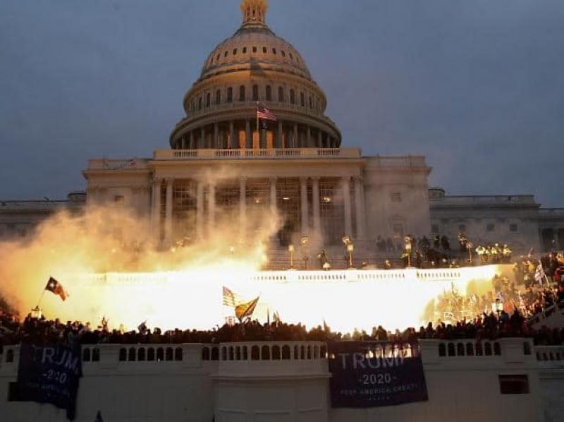 """Republicanii iau în calcul demiterea imediată a lui Trump după """"mineriada"""" de miercuri de la Capitoliu. Congresul USA a validat rezultatul alegerilor"""