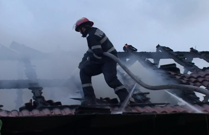 Pompierii arădeni solicitaţi la două incendii, la Macea si Adea