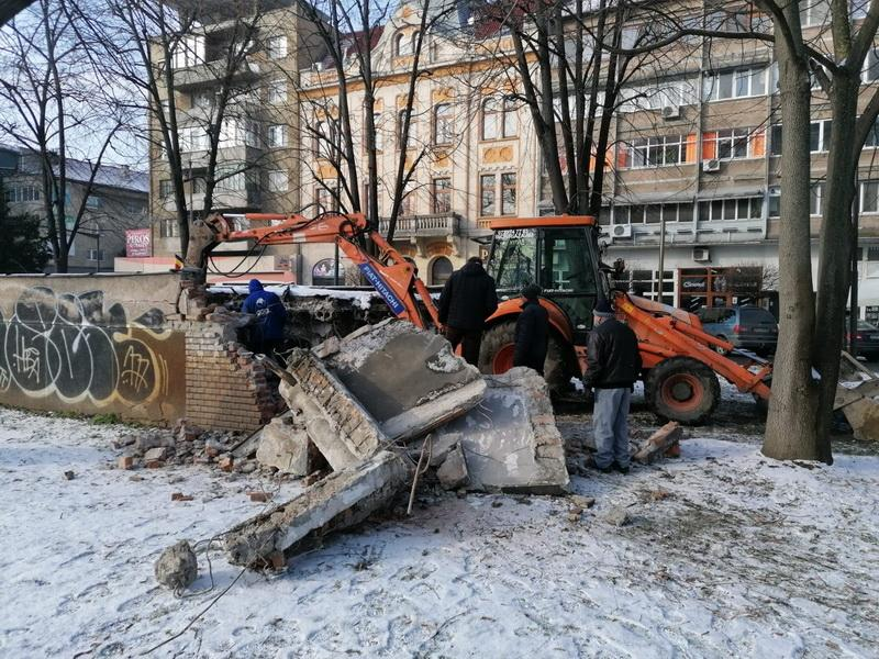 """Primăria a început demolarea toaletei publice din zona """"Libelula"""""""