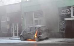 Autoturism în flăcări pe Calea Victoriei