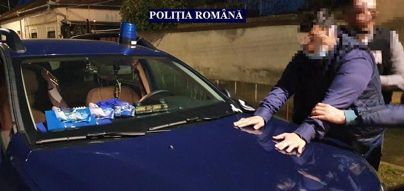 Se dădea drept poliţist, cu uniforma şi acte false, oprea maşini, dar l-au săltat