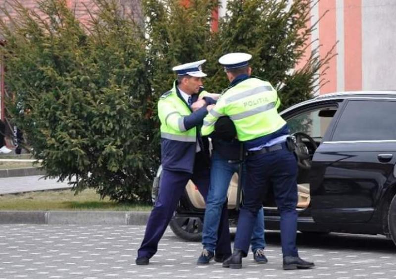 Trei persoane reţinute în Vlaicu după ce au tâlhărit un bătrân de 76 de ani
