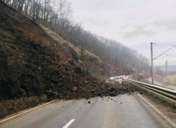 Circulația pe DN 7, în apropiere de localitatea Toc, blocată de alunecările de teren de pe versant