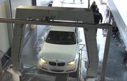 Un șofer îndrăgostit a dărâmat o boxă a unei spălătorii auto!