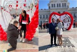 """Două cereri în căsătorie au avut loc duminică, 14 februarie 2021, la evenimentul """"Îndrăgostit de Arad"""", pe platoul din fața Palatului Primăriei"""