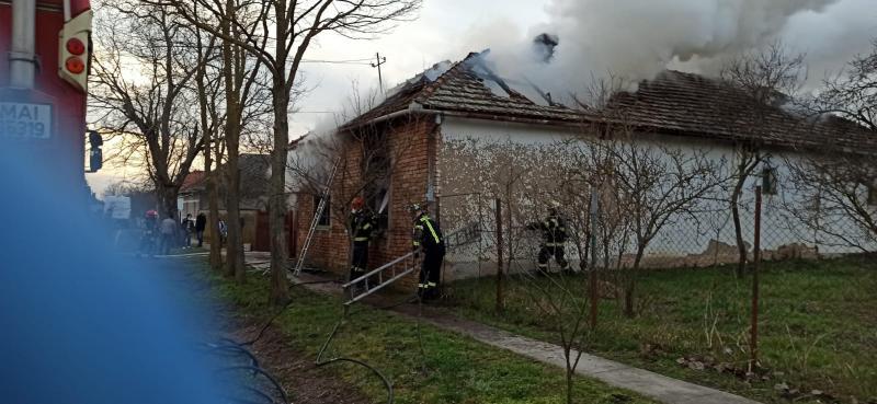 O casă a luat foc la Peregu Mare. Incendiul a fost lichidat