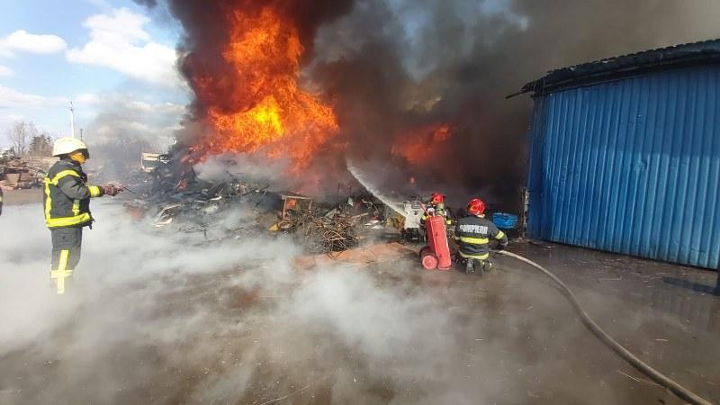 Incendiu violent la un depozit de deşeuri de pe Câmpul Liniştii