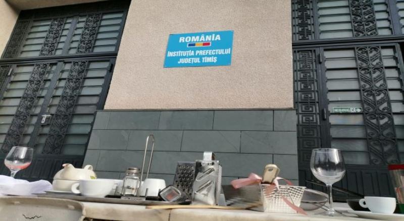 """Angajații Horeca au depus """"armele"""" în fața Prefecturii Timiș"""