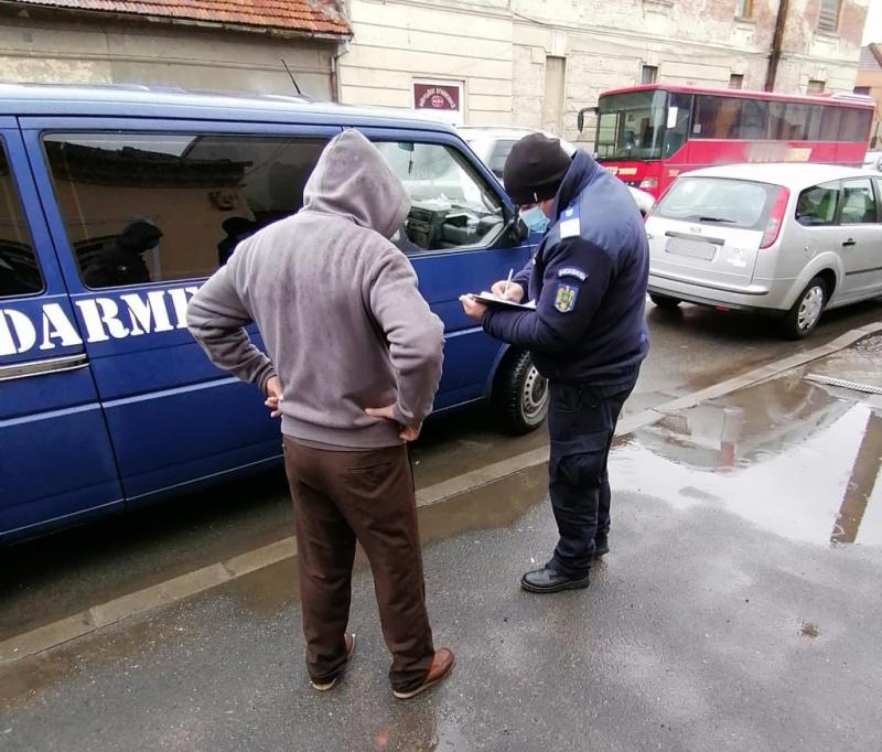 Pe fondul creșterii numărului de cazuri de îmbolnăviri cu COVID-19 polițiștii și jandarmii arădeni au intensificat controalele