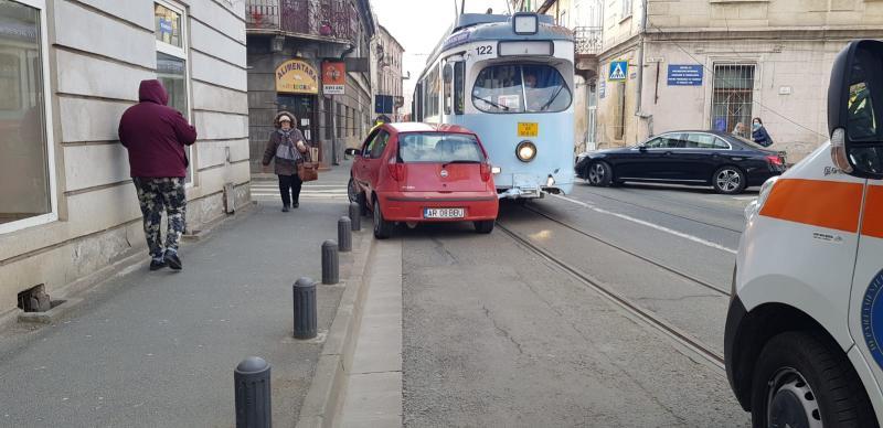 Accident cu persoane încarcerate pe strada Tribunul Dobra