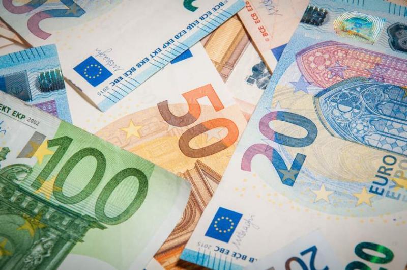 Leul în degringoladă.Euro se îndreaptă spre pragul psihologic de 5 lei. BNR a cotat azi 1 Euro la 4,9156 lei.