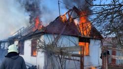 Pompierii în alertă! Arde o casă în comuna Ghioroc