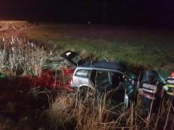 """Accident cu cinci victime! Au """"zburat"""" cu maşina în şanţul de pe marginea centurii de la Ineu"""