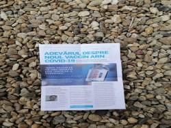 Campania antivaccinare ia proporții divine la Arad. În Sânnicolau Mic oamenii găsesc broșuri antivaccinare în cutiile poștale