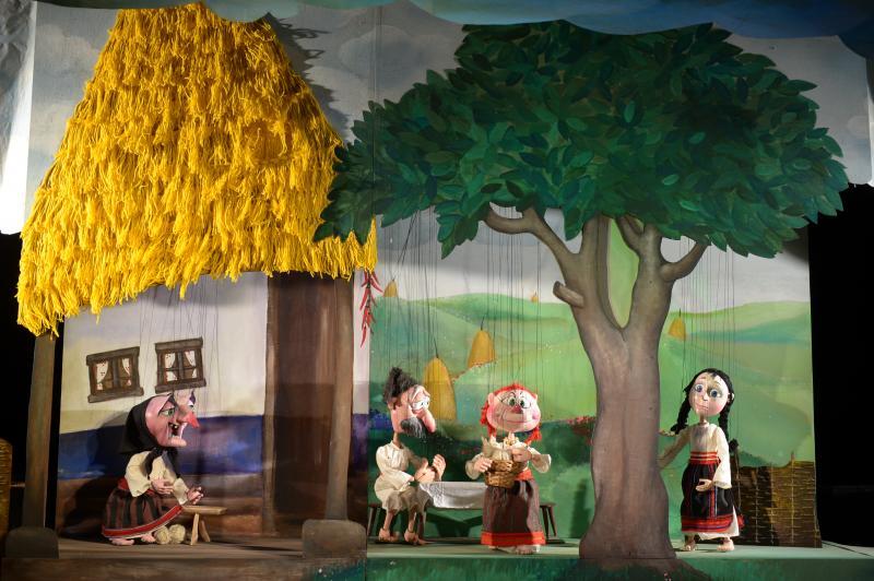 """""""Fata babei și fata moșneagului"""", la întâlnirea (online) de duminică, de la Marionete"""