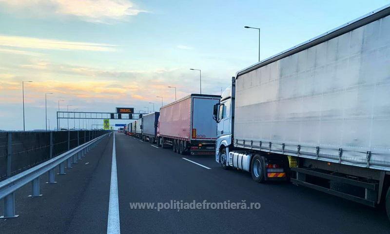 Cozi Kilometrice la graniţa cu Ungaria pentru automarfare, după restricţiile de circulaţie cu ocazia sărbătorilor Pascale Catolice