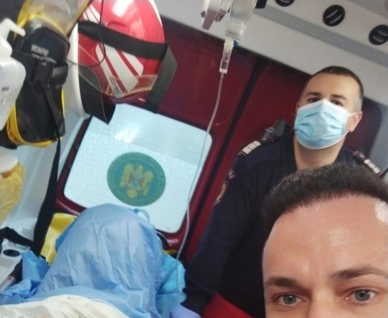 """Naștere în condiții speciale. O moașă și trei """"moși"""" și-au adus contribuția la nașterea unui  bebeluș în ambulanța SMURD"""