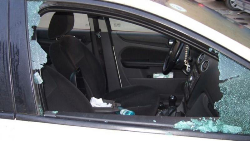 Unui arădean i-a fost spartă  mașina în amiaza mare. A fost păgubit de 2.000 de lei