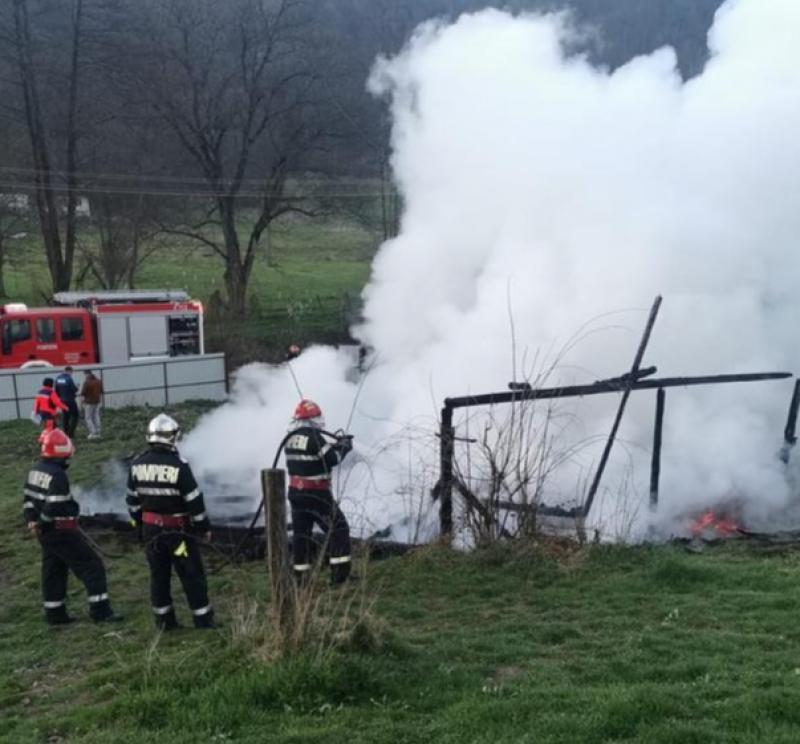 O bătrână de 80 de ani din Roșia Nouă a fost găsită decedată după ce casa i-a ars în întregime