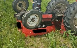 Rupt de beat și fără permis s-a răsturnat cu tractorul la Luguzău