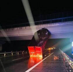 Un ansamblu de vehicule a acroșat cu bena un pod pe autostrada A1. Traficul rutier este restricționat pe ambele sensuri de mers