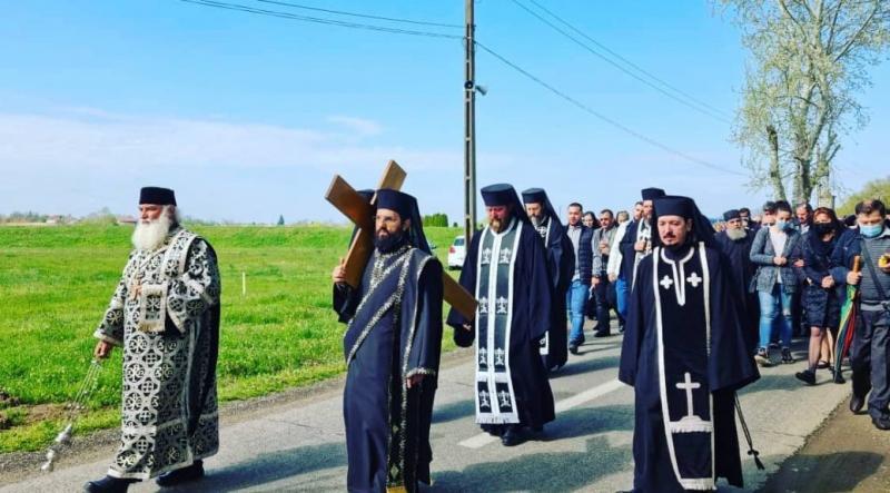 """Credincioșii au participat și în acest an în Vinerea Mare la Procesiunea """"Drumul Crucii"""" la mănăstirea Hodoș- Bodrog"""