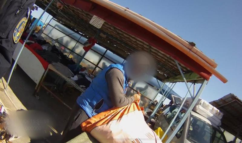Arădeni atenție la ce cumpărați de la Obor. Încălțăminte și haine contrafăcute în valoare de 5500 lei confiscate de jandarmii arădeni
