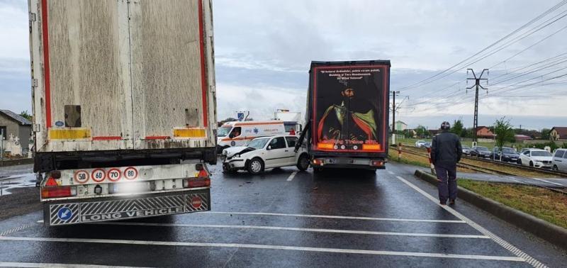 Două accidente vineri dimineața, unul la intrare în Vladimirescu, circulație blocată și unul la ieșirea spre Oradea