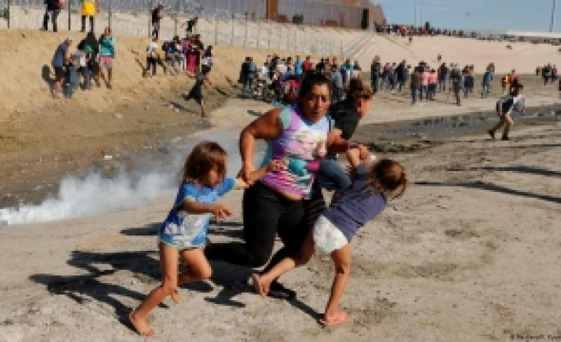 Amestecați printre mexicani sute de romi emigrează clandestin în SUA. Ei declară autorităților americane că au fugit din România datorită rasismului