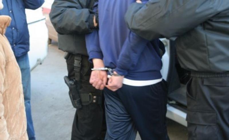 Un bărbat beat și drogat a fost încătușat pe Malul Mureșului pentru că a provocat scandal