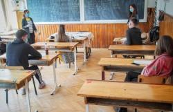 Toți elevii din municipiul Arad s-au întors azi la școală. Incidența cazurilor noi de infectare a scăzut la 0,77 la mia de locuitori în Arad