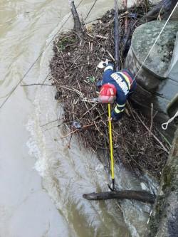 Pompierii arădeni au intervenit pe râul Crișul Alb pentru prevenirea inundațiilor
