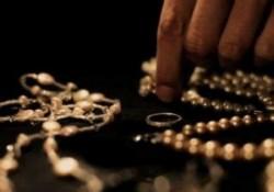 Invidios că el nu are, un bărbat a furat bijuteriile soției după care a plecat de acasă