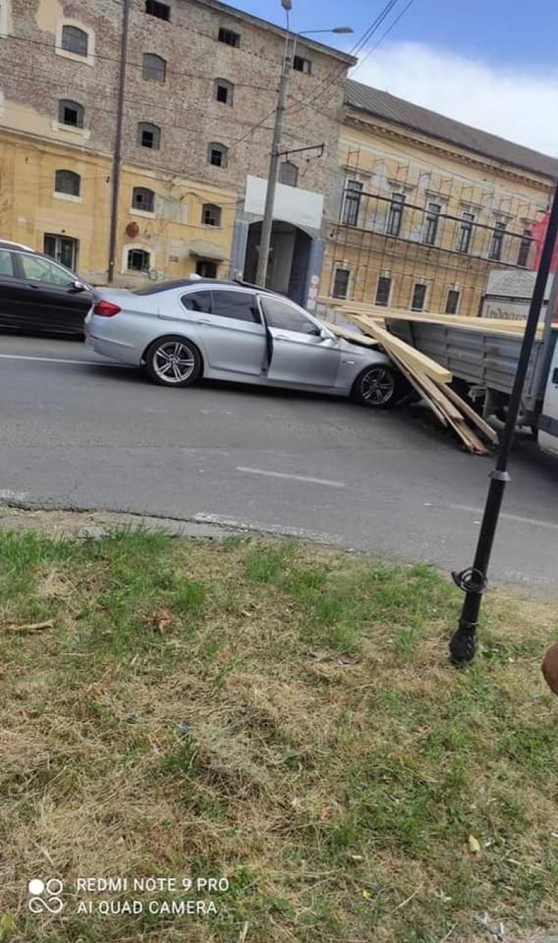 Un autoturism de lux s-a șifonat rău de tot după ce a  intrat într-o camionetă cu lemne în zona Indagrara