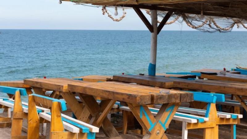 Din lipsă de personal, patronii de terase și restaurante de pe litoral fac munca bucătarilor și a chelnerilor