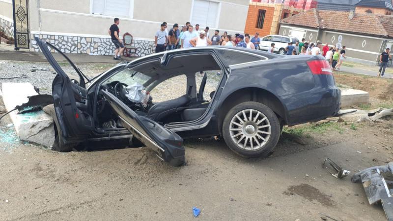 O mașină s-a făcut praf în Șiria, cu două victime încarcerate