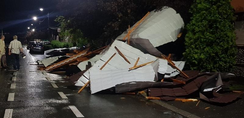 Rafalele de peste 100 km/h au lăsat fără acoperiș mai multe blocuri din municipiu