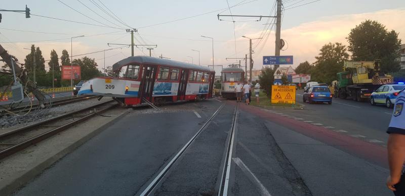 Din cauza unui macaz defect un tramvai a luat-o la Polivalentă în două direcții. În busculadă un vagon a rupt doi stâlpi