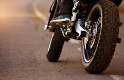 Tamponare între un motociclu neînmatriculat condus de un puști fără permis și un autoturism