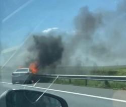 Mașină în flăcări pe autostrada A1, între Arad și Timișoara. Cei doi ocupanți au sărit din mașină