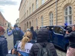 10 polițiști de la Serviciul de Înmatriculări Vehicule Timiș au fost reținuți pentru luare de mită